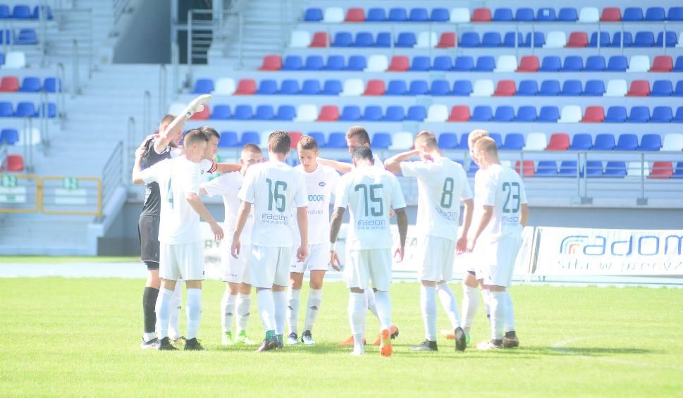 Film do artykułu: Czwarta liga mazowiecka. Rezerwy Radomiaka pokonały 5:0 Perłę Złotokłos
