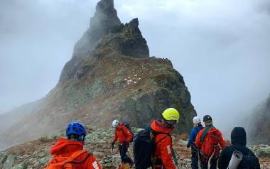 Tatry. Spędzili noc w górach, zaskoczyła ich pogoda. Nie mogli sami zejść ze szczytów