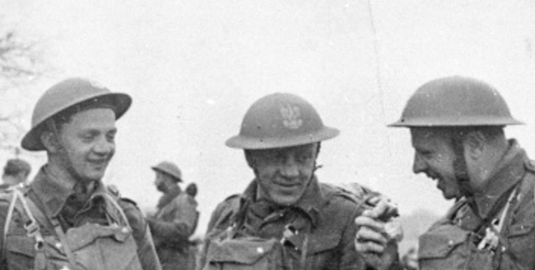 1941-1942, Wielka Brytania. Por. Bolesław Kontrym (w środku) podczas szkolenia spadochronowego.