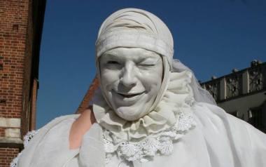 """Pamiętacie Białą Damę, która bawiła tłumy przy Kościele Mariackim? Spotkaliśmy ją w """"cywilu"""""""