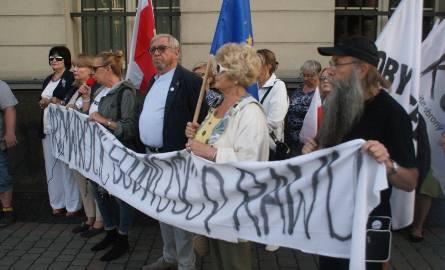 Kaliszanie protestowali przed sądem w obronie prześladowanych sędziów