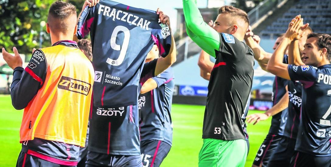 Po strzeleniu gola na 1:0 cała drużyna Pogoni dedykowała bramkę Adamowi Frączczakowi. W 9 minucie meczu cały stadion powstał z siedzisk, by przez minutę