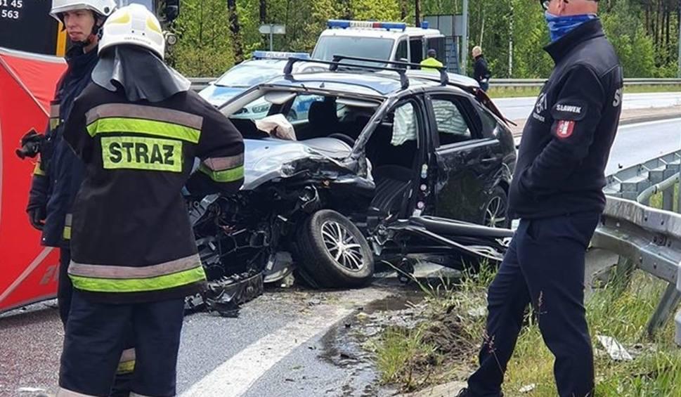 Film do artykułu: Śmiertelny wypadek w Krzepicach. TIR zderzył się z samochodem osobowym. Zginął kierowca forda