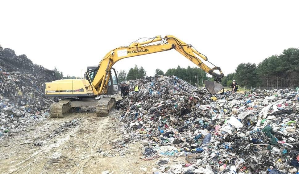 Film do artykułu: Pożar na składowisku śmieci w Fałkowie. W poniedziałek trwało dogaszanie. Znamy szczegóły akcji (NOWE ZDJĘCIA)