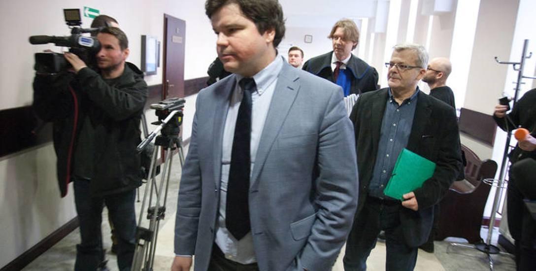 Syn Villas, Krzysztof Gospodarek (z prawej) I Dominik Nowak, dyrektor Nowego Teatru (z lewej) spotkali się na sali sądowej