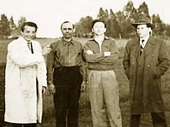 Szwecja, lato 1951 roku (tuż po udanej ucieczce z Kołobrzegu). Na zdjęciu trzech z pięciu uciekinierów z Polski. Od lewej stoją: Tadeusz Szkodowski,