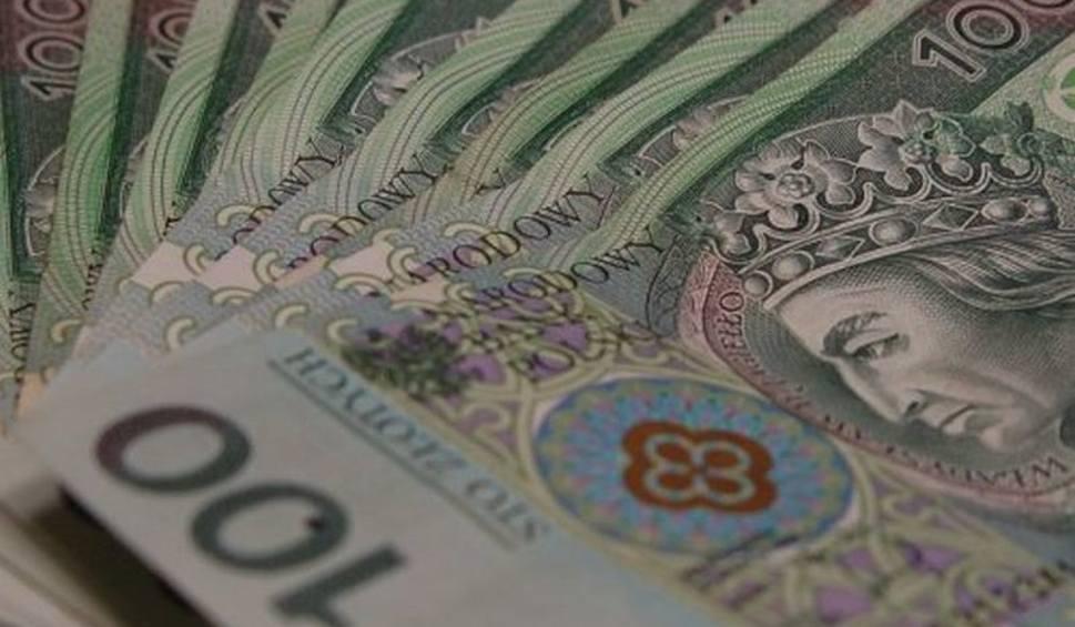 Film do artykułu: Radom. Niewiele brakowało, a 68-latka straciłaby 50 tysięcy złotych. Dzięki czujności pracowników banku nie doszło do kolejnego oszustwa