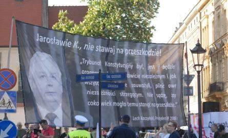 Jarosława Kaczyńskiego w drodze na Wawel przywitały cztery demonstracje i białe róże [WIDEO]