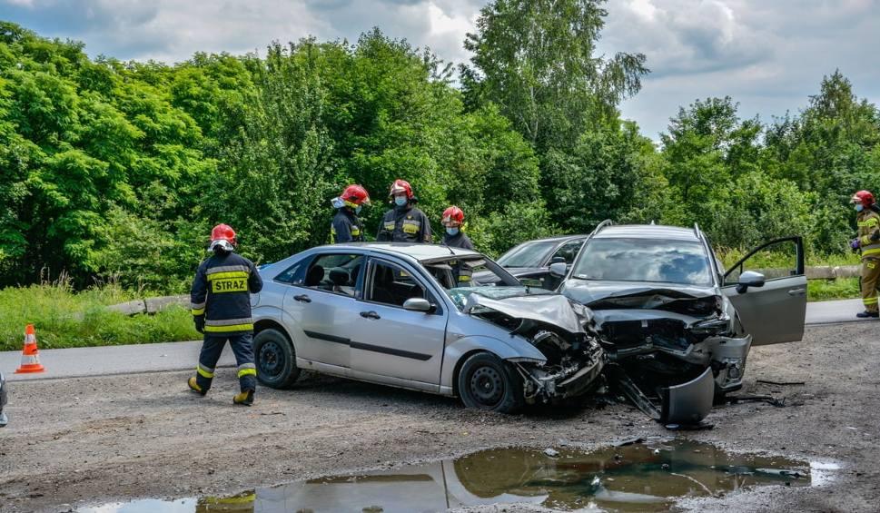 Film do artykułu: Dwie osoby poszkodowanie w zderzeniu dwóch samochodów w Stalach (ZDJĘCIA)