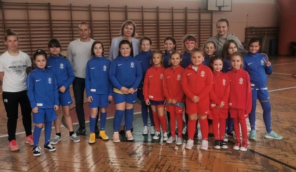 Film do artykułu: Przez zabawę do nauki gry w piłkę. Bajkowe treningi UEFA Playmakers dla dziewczynek