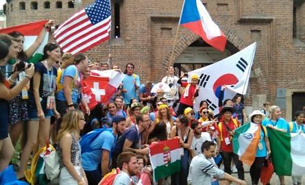 Młodzież z całego świata opanowała Kraków. Śpiewy i tańce trwają od samego rana do późnego wieczora