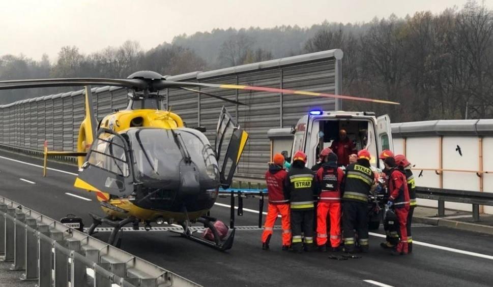 Film do artykułu: Wypadek na S52 w Ogrodzonej. Zderzyła się osobówka z TIR-em. Jedna osoba została potrącona. Lądował LPR ZDJĘCIA