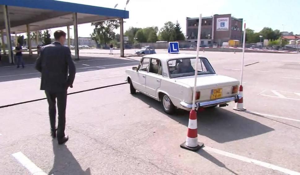 Film do artykułu: Egzamin na prawo jazdy w starym stylu. W Gdańsku pasjonaci zabytkowych samochodów zdawali egzamin m.in. na 6-metrowym Lincolnie [wideo]