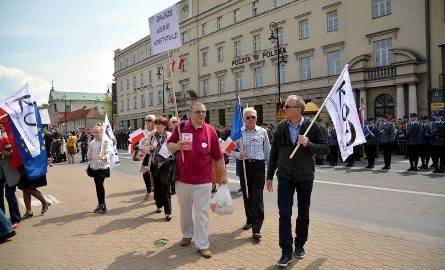 Obchody 3 maja w Lublinie. Na zdjęciu działacze KOD z Lublina