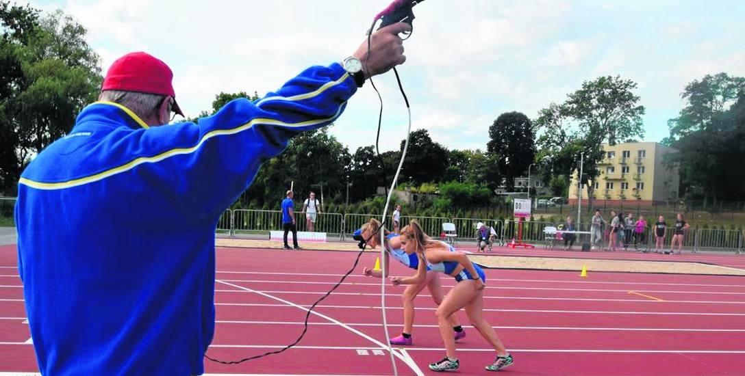 Start do biegu na 3000 metrów dziewcząt na nowym stadionie lekkoatletycznym w dzielnicy Świątki w Szczecinku