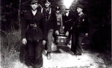 """Zdjęcie z czasów okupacyjnych. Na pierwszym planie Sergiusz Papliński pseudonim """"Kawka""""."""