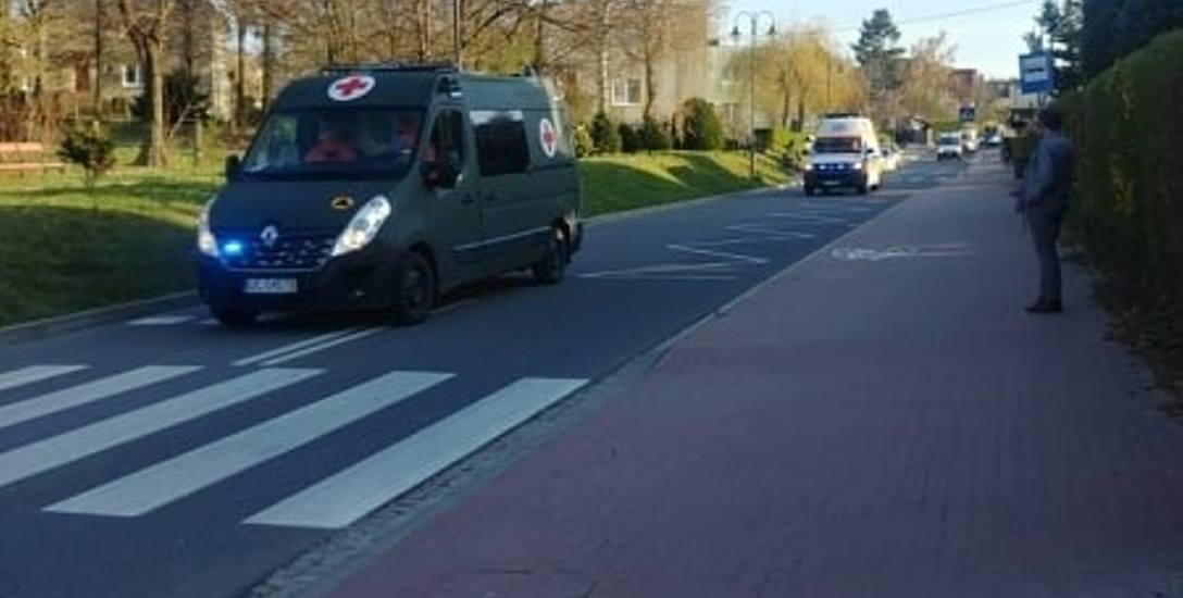 Konwój wojskowych i cywilnych karetek na sygnale jedzie do szpitala MSWiA w Głuchołazach
