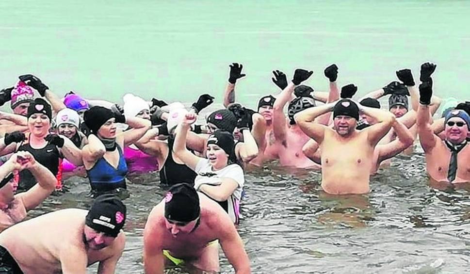Film do artykułu: Morsowanie w powiecie szydłowieckim coraz popularniejsze. W niedzielę kąpało się 70 osób. W lutym wielki zlot