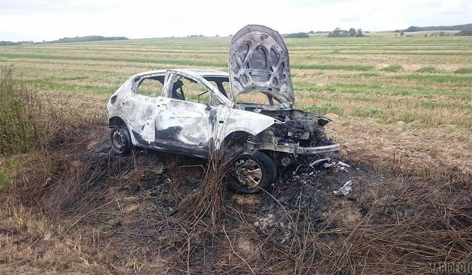 Film do artykułu: Auto spłonęło przy drodze Malerzowice Małe - Starowice. Wiadomo kto nim jechał