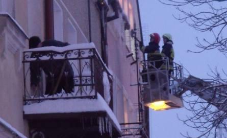 Strażacy mają ręce pełne roboty. Sople i śnieg stwarzają niebezpieczeństwo.