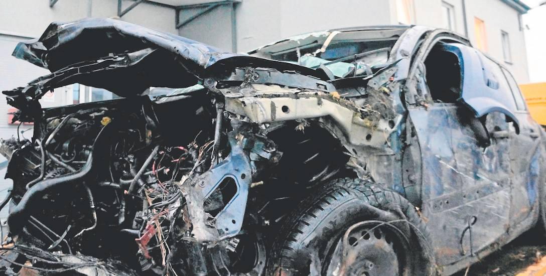 Obydwa samochody uczestniczące w sobotnim wypadku nadają się do kasacji. Zostały kompletnie rozbite