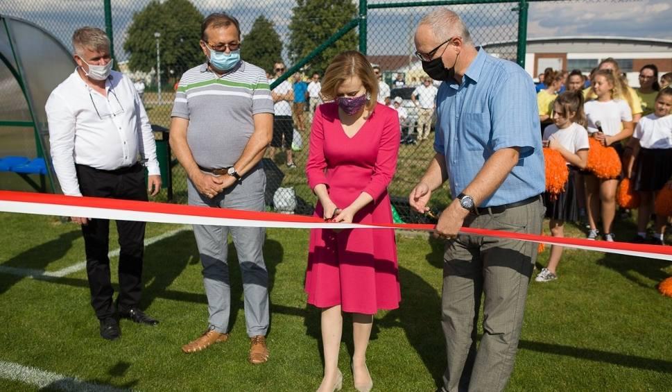 Film do artykułu: Nowe boisko piłkarskie w Pawłowie już otwarte. Zobacz zdjęcia z otwarcia obiektu [GALERIA]