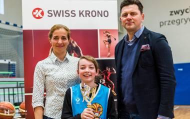 M1 – Milena Kozińska, MVP turnieju Basketmanii 2020 (najbardziej wartościowy gracz) i wręczający nagrody Katarzyna Wagner ze SWISS KRONO oraz prezes