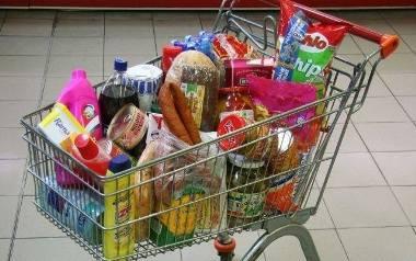 Agencja ASM Sales Force Agency sprawdziła, ile za przykładowy koszyk zakupów zapłacimy w sklepach najpopularniejszych sieciach handlowych (Biedronka,