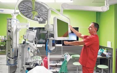 Lek. Waldemar Jurczak w sali operacyjnej. Innowacyjny zabieg usunięcia kamieni w nerkach urolodzy wykonają za dwa tygodnie