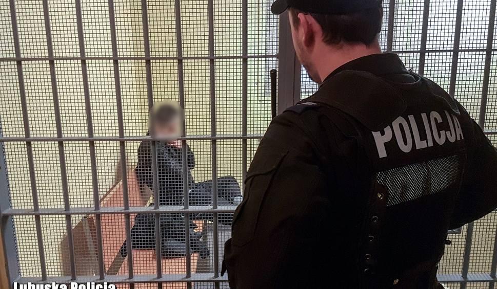 Film do artykułu: LUBSKO. Poszukiwany mężczyzna zasnął przy policjantach. Miał 6 promili. Trafił do szpitala, a potem do aresztu