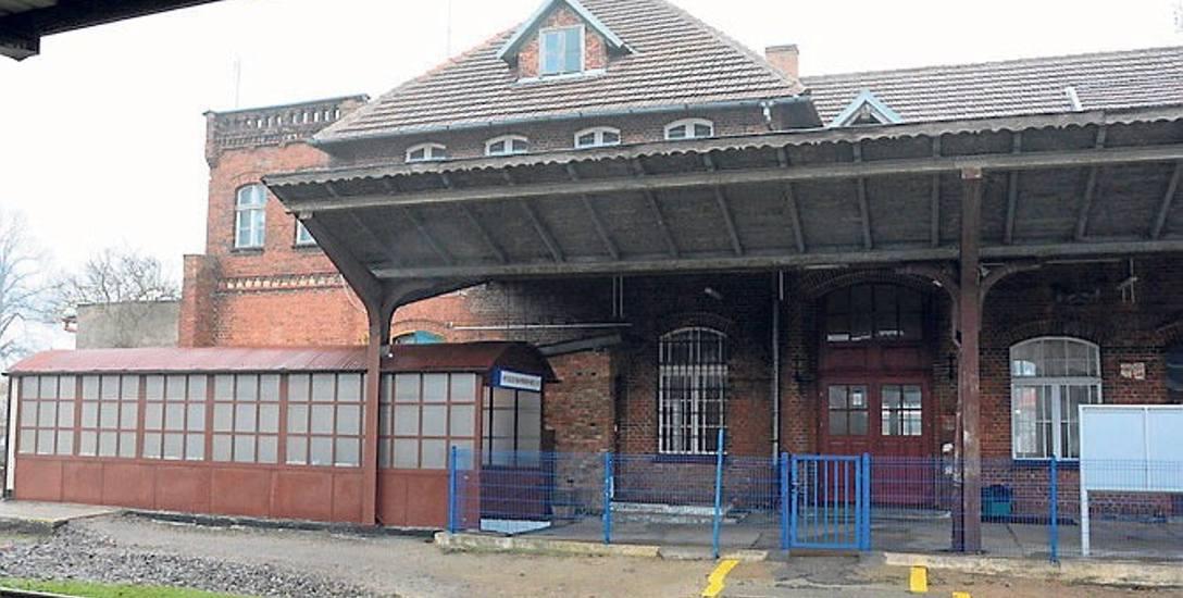 Kiedyś Złocieniec był ważnym węzłem kolejowym w regionie. Dzisiaj zaniedbany dworzec sprawia ponure wrażenie.