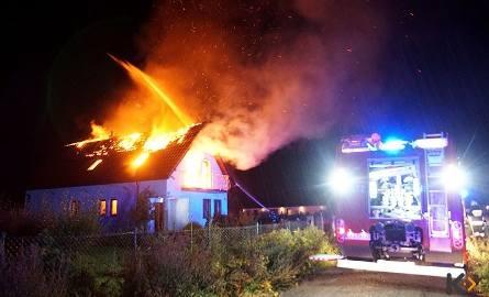 Pożar domu w Kamieniu Pomorskim. Uderzył w niego piorun [zdjęcia, wideo]
