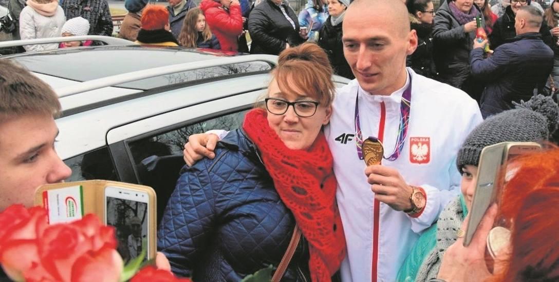 Jakub Krzewina chętnie rozdawał autografy, pozował do zdjęć i przez kilkadziesiąt minut przyjmował gratulacje. - Jesteśmy dumni z naszego Kuby - powtarzali