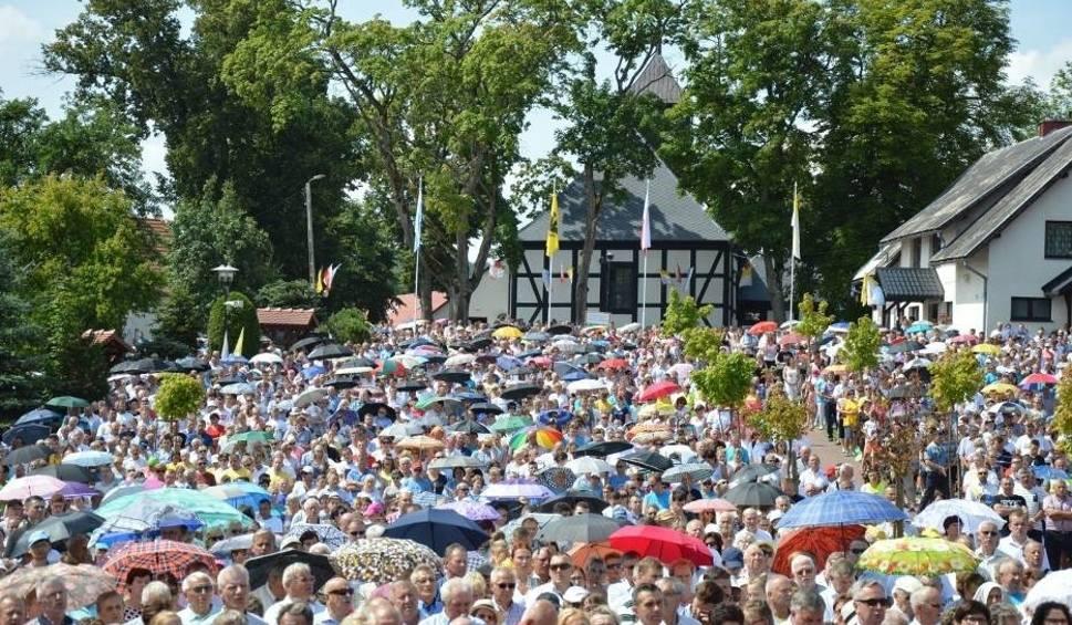 Film do artykułu: Wielki Odpust Sianowski 2018 - tysiące pątników dotarło na główne uroczystości i kolorowe parasolki [ZDJĘCIA]