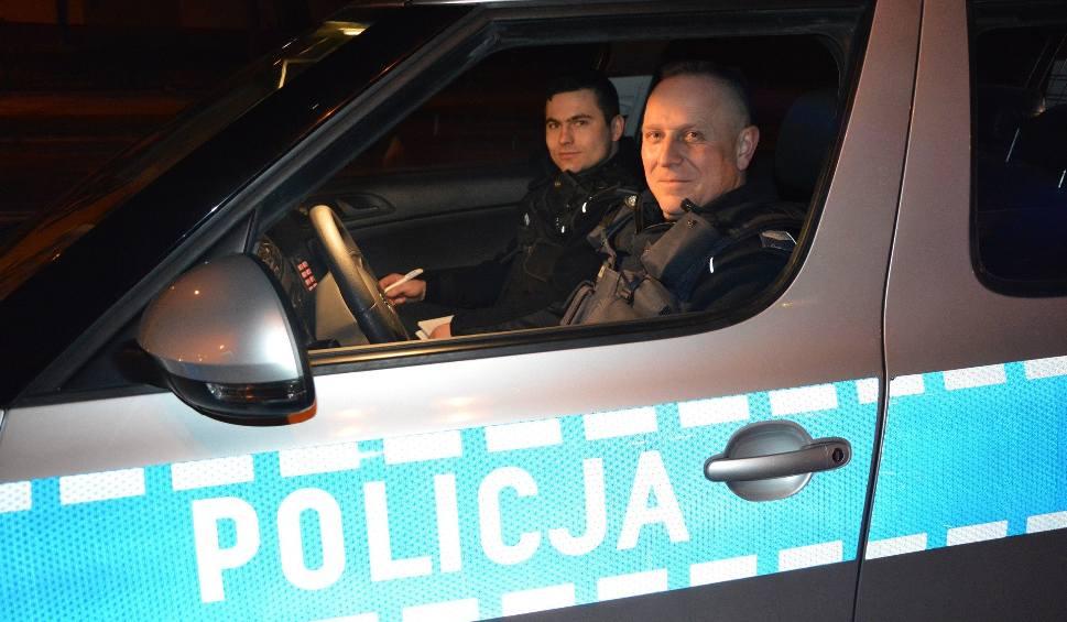 Film do artykułu: Skarżyscy policjanci pomogli niepełnosprawnej. Potrzeba było aż czterech funkcjonariuszy!