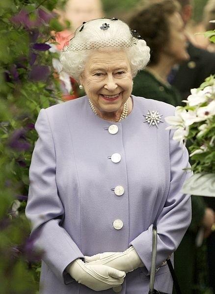 Królowa Elżbieta II w ogrodzie
