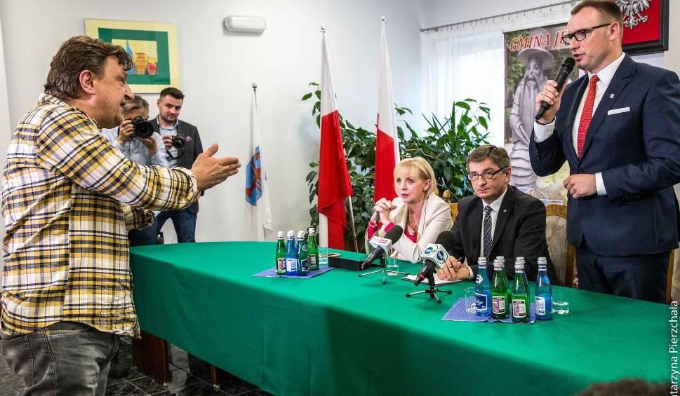 Film do artykułu: Gmina Jedlińsk. Awantura na spotkaniu z Markiem Kuchcińskim, marszałkiem sejmu. Polityka wyprowadziła ochrona
