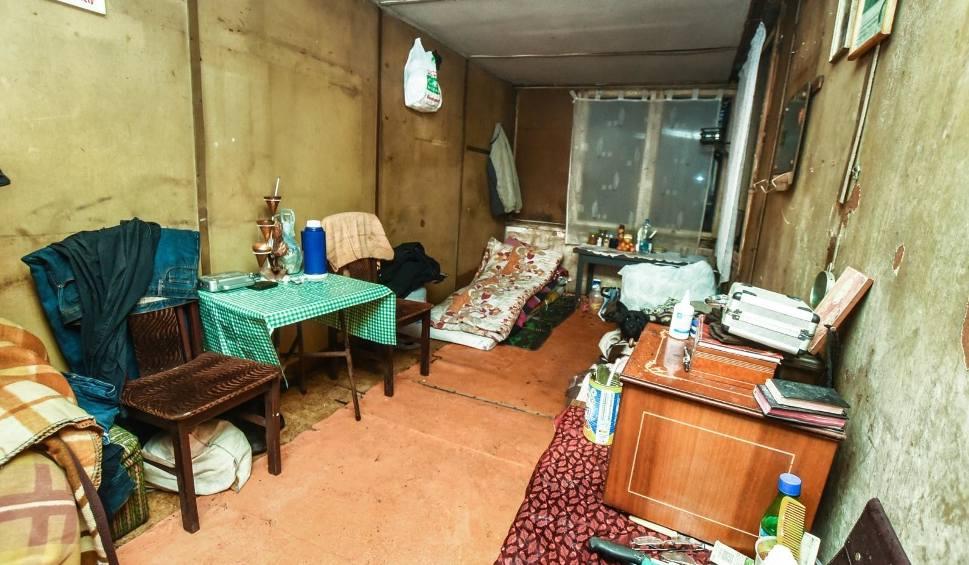 Film do artykułu: 31-letniemu bydgoszczaninowi zmarli rodzice. Siostra jest za granicą, a on tutaj. Bezdomny