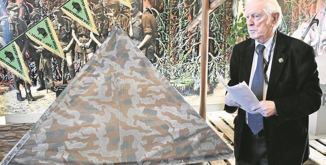 Stanisław Lejkowski na tle zrekonstruowanej przez siebie tratwy, jaką harcerze płynęli Wisłą 70 lat temu
