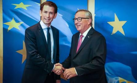 Sebastian Kurz (z lewej) dobrze się czuje na salonach politycznych. Przyjmowany był przez Jean Claude Junckera, przewodniczącego Komisji Europejskie