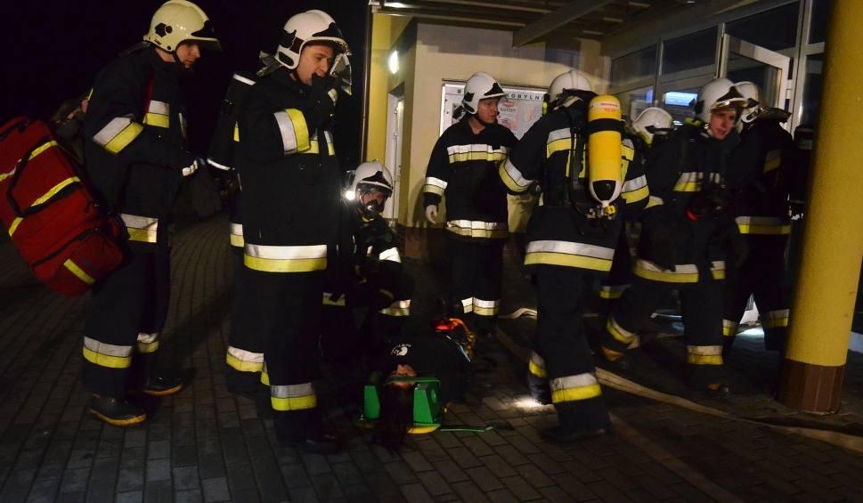 Film do artykułu: Wybuchł pożar w Kobylnicy - ćwiczenia strażaków (zdjęcia)