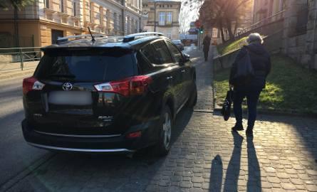Ulica Konarskiego.Internauci coraz częściej przysyłają nam na alarm@nowiny24.pl mistrzów parkowania w Przemyślu. Zobaczcie ich zdjęcia!Zobacz także: