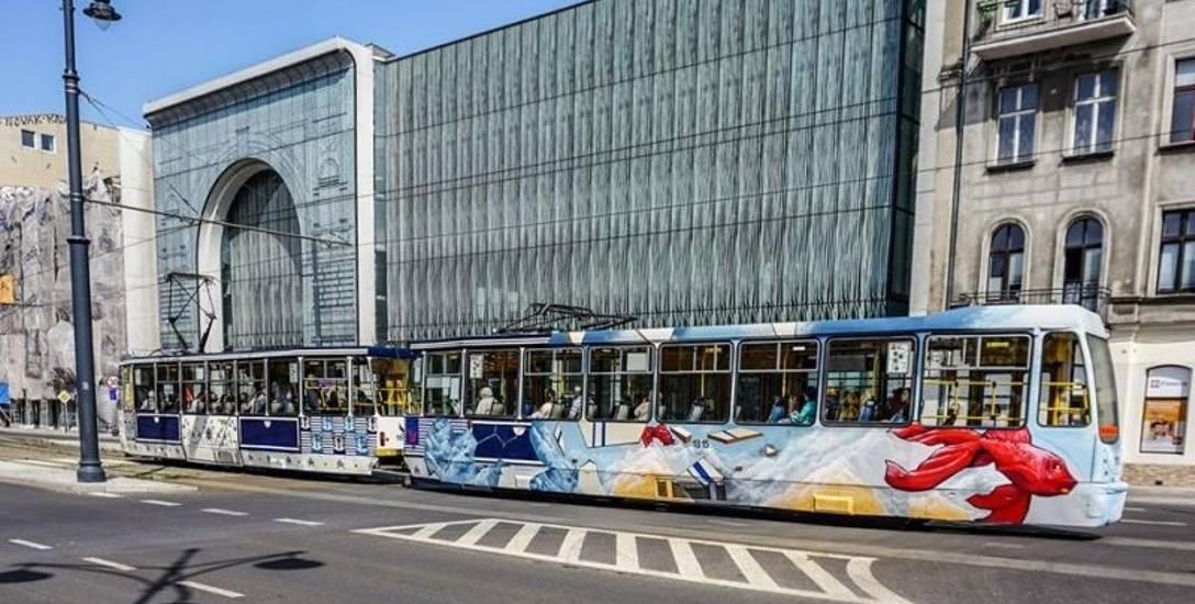 """""""Muralowy"""" tramwaj wymalowany przez artystów Urban Form kursuje na trasie """"dziewiątki""""."""