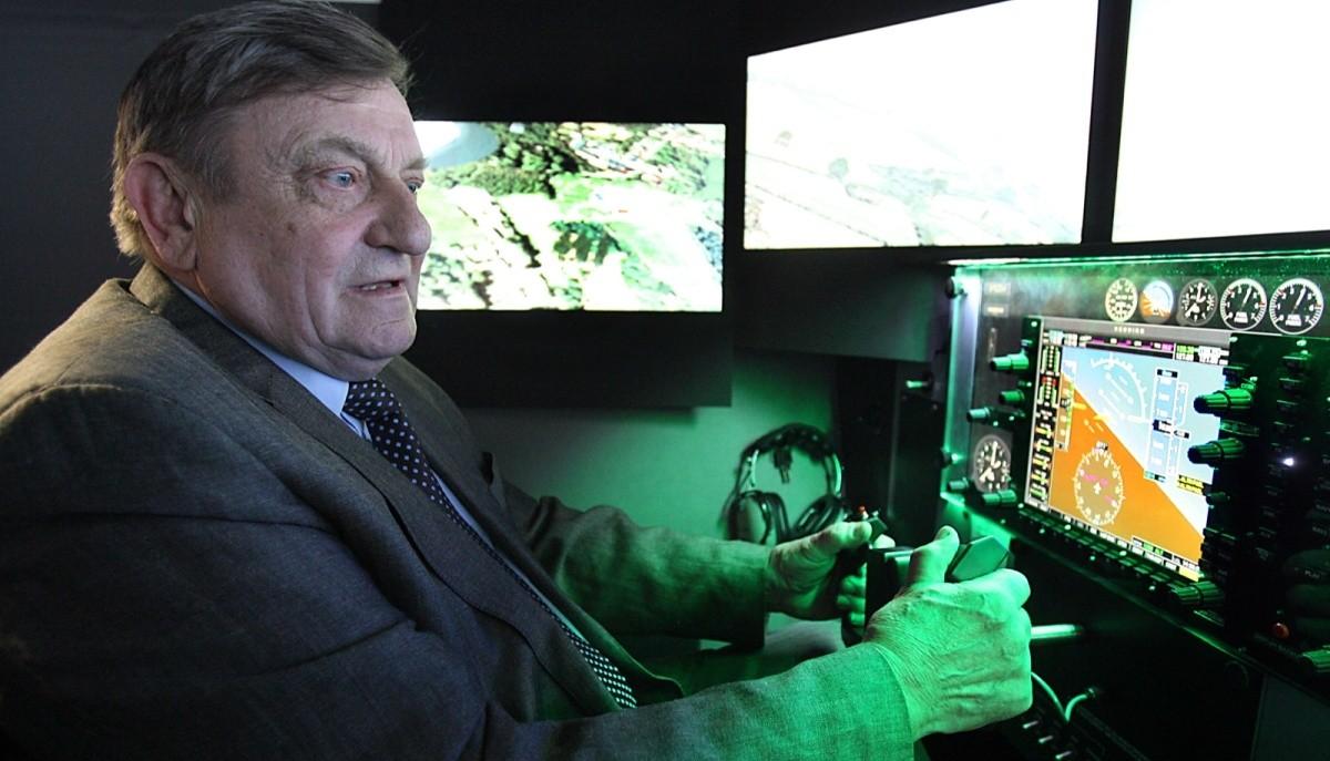 Mirosław Hermaszewski testuje symulator lotu