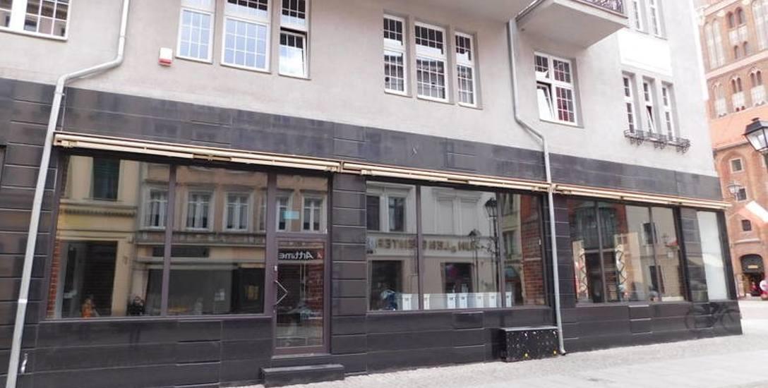 """Tu od lat działała restauracja """"Sphinx"""" - popularne, lubiane przez torunian miejsce. Dziś lokal u wylotu ulicy Żeglarskiej na Rynek Staromiejski zieje"""