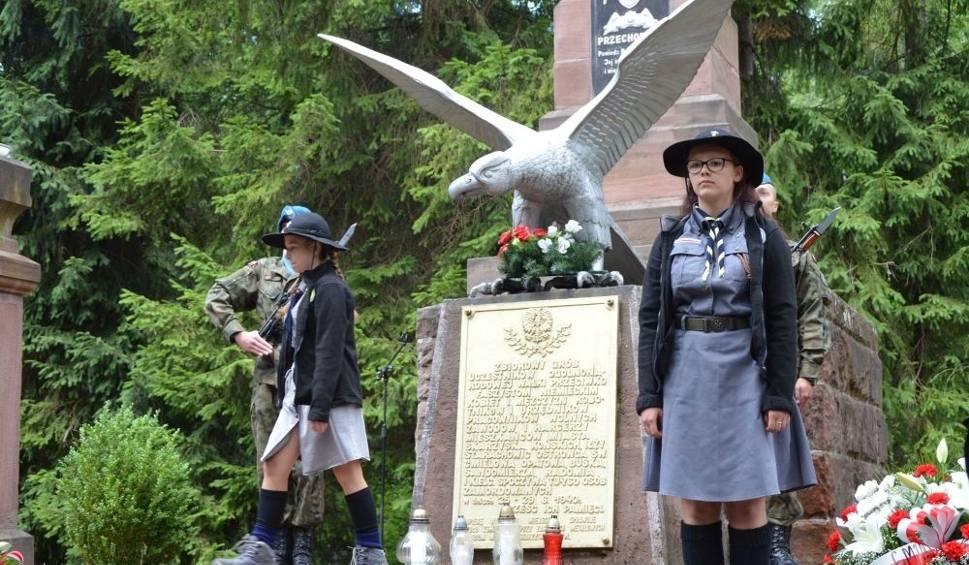 Film do artykułu: Tu zabito świętokrzyską elitę. Uroczystości na Brzasku, gdzie spoczywa 760 zamordowanych. Honor oddał im nawet oficer Royal Navy!