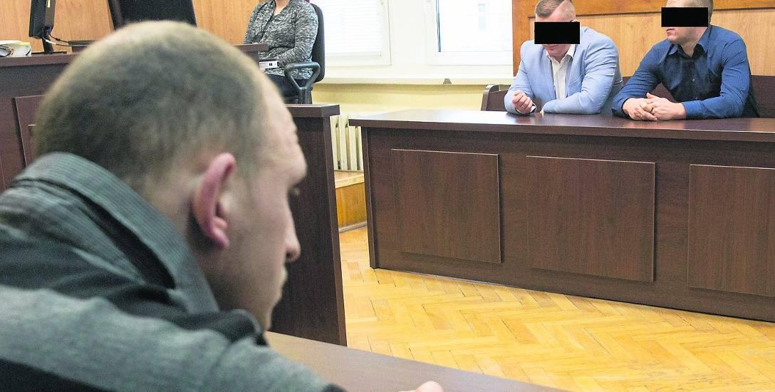 Policjant Michał Ł. i były już funkcjonariusz KMP Adrian S.  podnosili, że są pomawiani przez świadków. Zdaniem sądu po to, aby uniknąć odpowiedzialności.