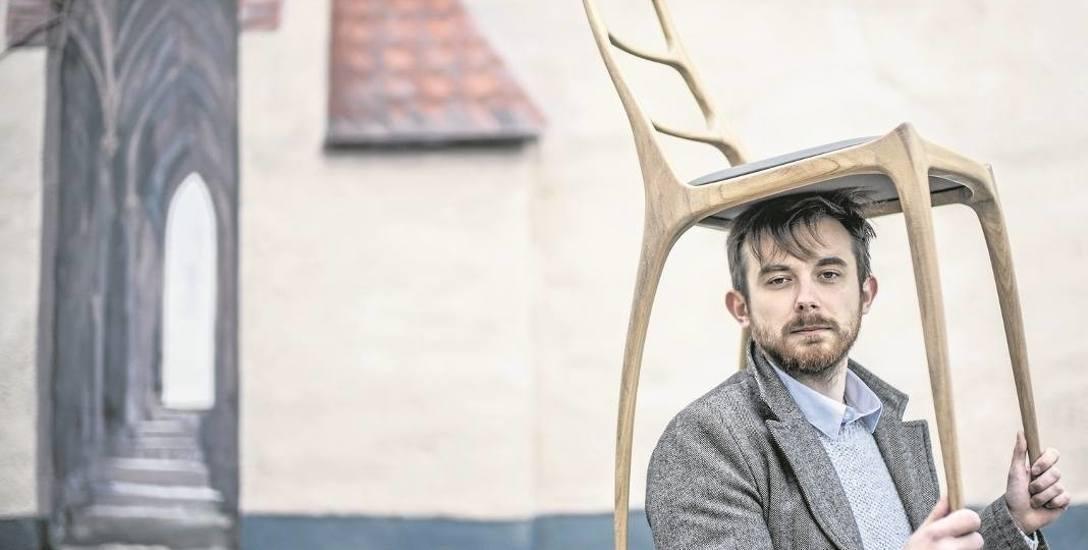 Mieszkający w Poznaniu Przybyrad Paszyn rzucił pracę urzędnika, by tworzyć meble z poprzedniej epoki. Wykształcenie archiwisty przydaje mu się jednak