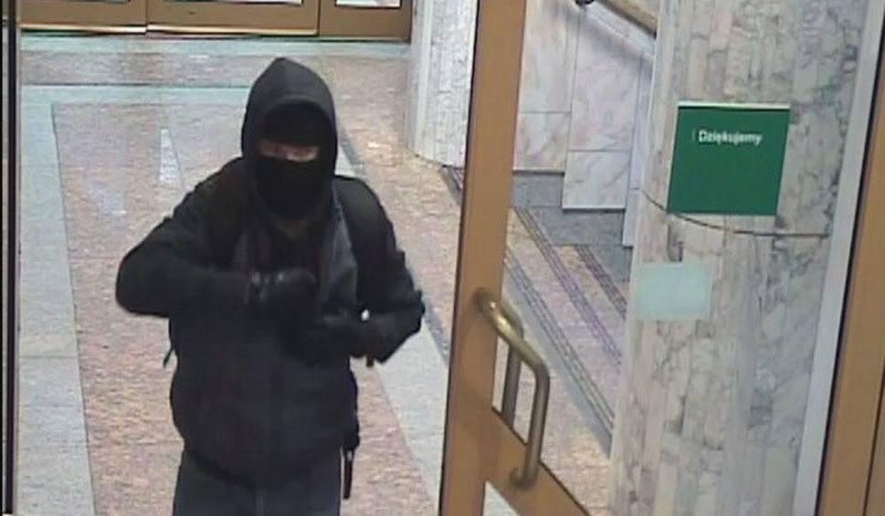 Film do artykułu: To on napadł na Bank Zachodni w Strzelcach Opolskich. Policja ujawnia zdjęcia z monitoringu
