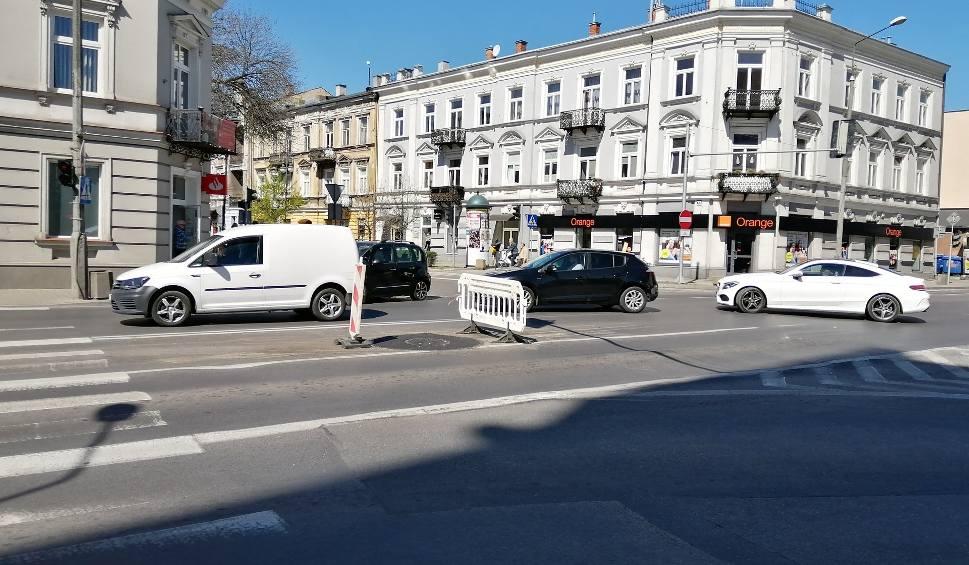 Film do artykułu: Wielkie korki w centrum Radomia. Zwężona jezdnia na ulicy 25 Czerwca. Wodociągi miejskie poprawiają studzienki
